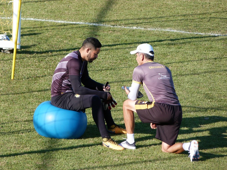 a3b19fba1c Luiz conversando com o preparador Maurício Dacoregio   Foto  Denis Luciano    4oito